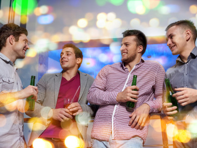 Dîner entre mecs, boissons et boîte de nuit