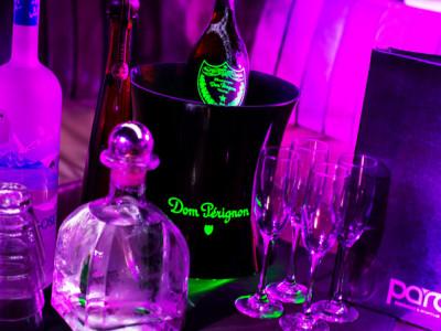 Entrée VIP : tables + bouteilles