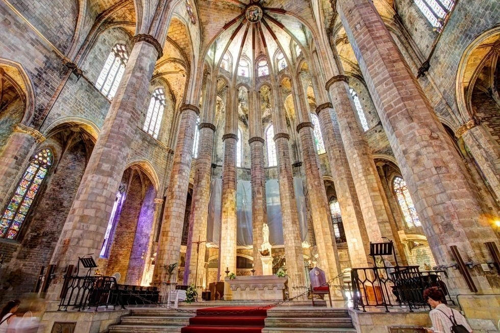 A photo of the interior of the Santa Maria del Mar cathedral in Barcelona.
